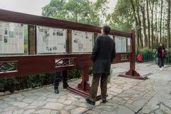 старший чтения газеты человека стоковое изображение rf