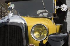 """Старые автомобили: Конец-вверх желтого очень старого французского автомобиля Оно """"корабль бренда Citroen стоковое фото rf"""