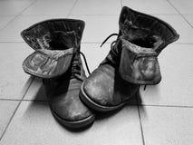 Старые ботинки или старые ботинки на поле стоковые изображения rf