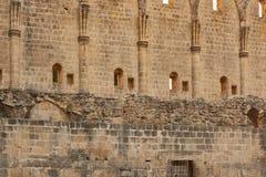Старые каменные стены аббатства Bellapais в северном Кипре стоковая фотография rf