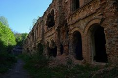 Старые красные кирпичные стены в загубленном защитительном форте стоковое фото rf