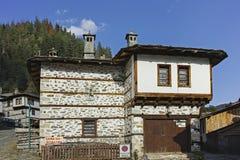 Старые дома и улицы в историческом городке Shiroka Laka, Болгарии стоковая фотография rf
