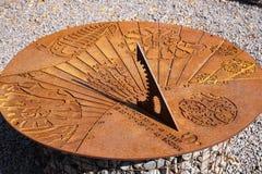 Старые солнечные часы показывают почти полдень на солнечный день стоковые фото