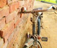 Старый индийский велосипед в улице Индии стоковое фото rf