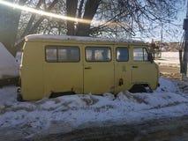 Старый не-работая автомобиль в снеге под деревом стоковое фото rf