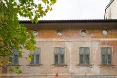 Старый покрашенный дом со шторками в Levico Termen, Италии стоковые фотографии rf