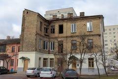 Старый угловой дом в квартале современных зданий стоковое фото rf