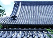 Старый традиционный голубой толь плитки предпосылки архитектуры Японии стоковое изображение