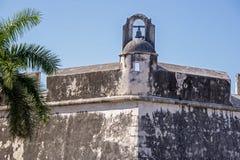 Старый фальшборт со сторожевой башней стоковые фотографии rf