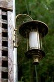 Старый фонарик на стене стоковая фотография rf