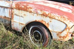 Старый ржавея автомобиль стоковое изображение rf