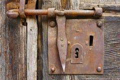Старый ржавый замок на античной деревянной двери стоковая фотография rf