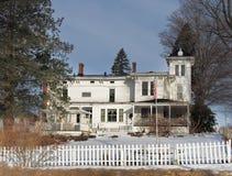 Старый fashoined дом с белым частоколом стоковое изображение rf