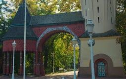 Старое винтажное украшенное здание входа парка стоковые изображения