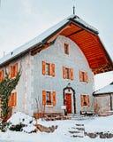 Старое каменное здание в средневековом городке Gruyeres стоковая фотография rf