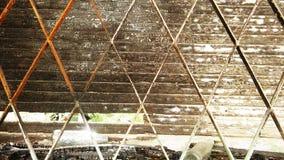 Старое окно с металлическими стержнями и деревянными шторками стоковая фотография rf
