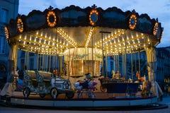 Старомодный carousel освещенный вверх вечером стоковое изображение rf