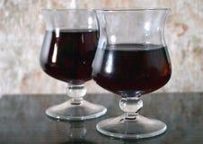 2 стекла красного вина на таблице стоковое изображение rf