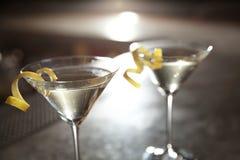 Стекла лимона падают коктейль Мартини в баре, крупном плане стоковая фотография