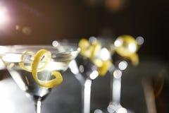 Стекла лимона падают коктейль Мартини в баре, крупном плане стоковое изображение