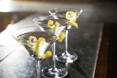 Стекла лимона падают коктейль Мартини на счетчике бара, крупном плане стоковая фотография rf
