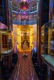 Стеклянные лифты и лобби на туристическом судне знаменитости стоковые фотографии rf