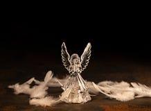 Стеклянный ангел на темной предпосылке стоковое фото rf