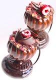 Стекло сформировало десерты с лепестками розы и поленикой на белой предпосылке стоковое фото rf