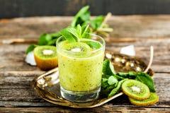 Стекло smoothie кивиа со свежими фруктами на деревянном столе стоковая фотография rf