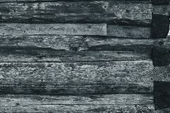Стена сделанная старых, темных, несенных серых журналов ashlar стоковое фото rf