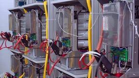 Стенды теста в лаборатории для продукции микропроцессорных приборов защиты и автоматизации Провода с видеоматериал