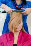 Стилизатор с утюгом волос стоковые фотографии rf