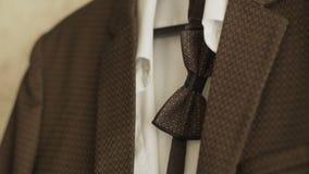 Стильный костюм ` s людей Куртка ` s людей на манекене Одежда ` s людей Манекены в окне бутика одежда акции видеоматериалы