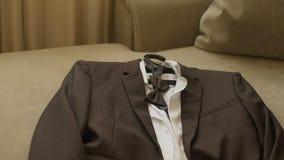 Стильный костюм ` s людей Куртка ` s людей на манекене Одежда ` s людей Манекены в окне бутика одежда сток-видео