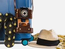 Стильный чемодан, модное sunhat и ботинки пляжа стоковое фото rf