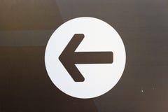 Стиль изображения белая стрелка вниз с символа значка внутри круга стоковые изображения