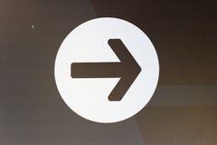 Стиль изображения белая стрелка вниз с символа значка внутри круга стоковое фото