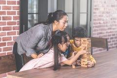 Студенты учителя строят класс единения башни блока игрушки стоковое фото
