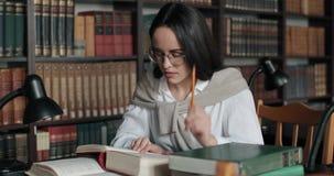 студент архива изучая университет видеоматериал