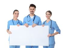 Студент-медики с пустым плакатом стоковое фото