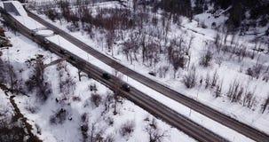 Стрельба от трутня над дорогой в горах Проходить автомобили, автобусы акции видеоматериалы