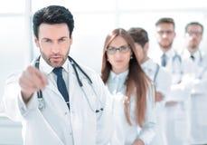 Строгий доктор, указывающ на вас, стоя в рабочем месте стоковая фотография rf