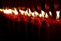 Строка гореть свечей стоковое фото