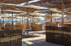Строки зонтиков соломы от солнца, протягивая в расстояние на широком пляже на Красном Море, залив Makadi, Hurghada стоковое изображение rf