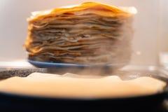 Стог готовых зажаренных блинчиков блинчики зажарены на черной сковороде стоковое фото rf