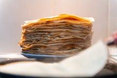 Стог готовых зажаренных блинчиков блинчики зажарены на черной сковороде стоковые фотографии rf