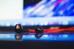 Стог наушников конца-вверх, аксессуары прибора earbuds современного ноутбука стоковые фотографии rf