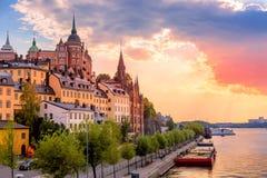 Стокгольм, Швеция Сценарный взгляд захода солнца лета с красочным небом старой архитектуры городка в районе Sodermalm стоковые фотографии rf