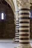 столбцы внутри Castello Maniace, Siracusa, Сицилии стоковая фотография