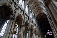 Столбцы внутри собора Реймса стоковая фотография rf